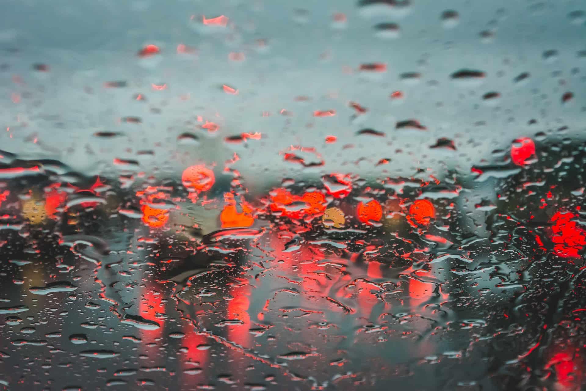 Regendruppels op een voorruit